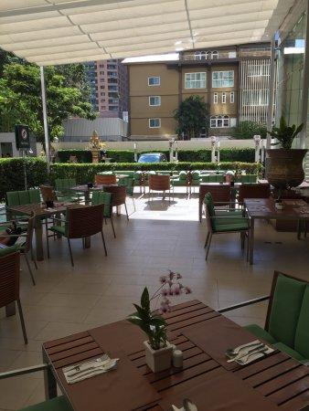 Charmant Courtyard By Marriott Bangkok: Breakfast Is Buffet Style, Great Patio W  Fans To Keep
