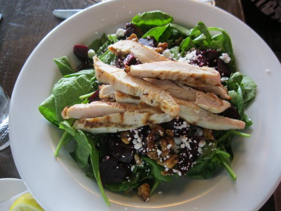 Airdrie, Kanada: Spinach and Beet Salad with Chicken