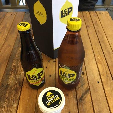 Paeroa, Nieuw-Zeeland: 타우랑가 나 테임즈를 여행하다 잠쉬 쉬었다 갈 수 있는 파에로아 에서 L&P  시중에 나와 있는 L&P 와는 다른 맛 ( 좀더 맛과 향이 진하게 느껴짐 ) , 더 많은 선택