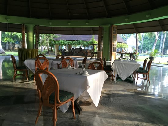 Cordova, Filipinas: The breakfast room looking to the bar