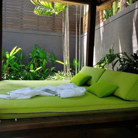 Le Jardin Villas: lounge area by the pool