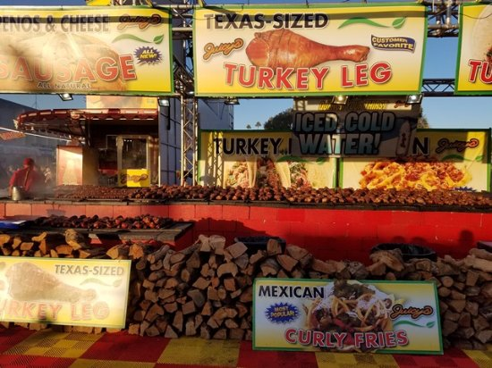 Pomona, Californie : Have never seen so many turkey legs on a grill!