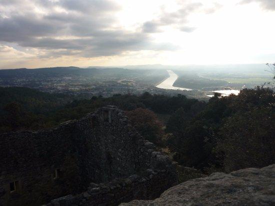 Village troglodyte de Barry : vue du château sur le sud de la vallée du Rhône.