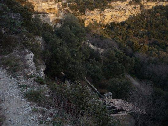 Village troglodyte de Barry : vue du chemin traversant le village