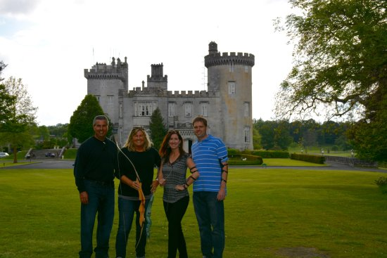 Newmarket-on-Fergus, Irland: Bow and arrows pose in front of the castle