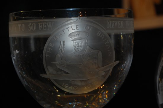 Грейт-Торрингтон, UK: Battle of Britain commenorative glass bowl with Winston Churchill on the side of the bowl.