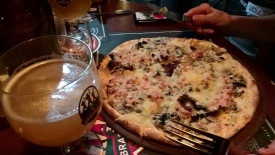 Les trois brasseurs : flammekueche au fromage avec une bière blanche