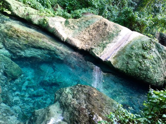 Mele Cascades: Deep rockpool below the Mele waterfall