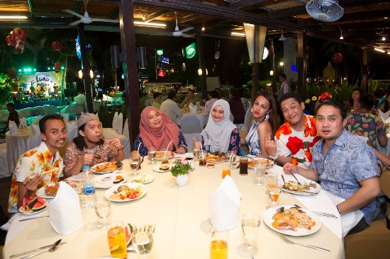 A-One The Royal Cruise Hotel: Dine with friends.... great food