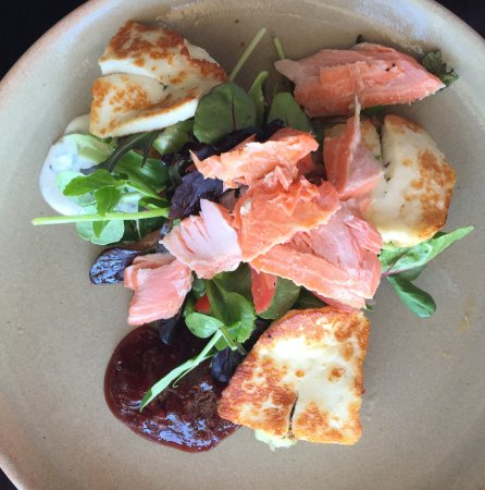 Huskisson, Avustralya: Smoked trout and halloumi salad with home made spicy chutney.