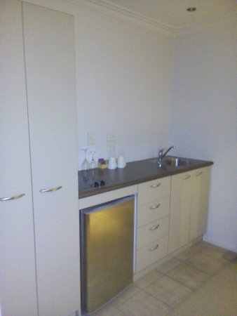 Grand Windsor Hotel Auckland : Kitchenette in main room of 1 Bedroom apartment. Microwave in cupboard on left