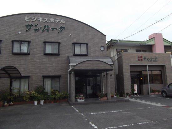 Takahama, اليابان: 左がビジネスホテル、右が中華料理店
