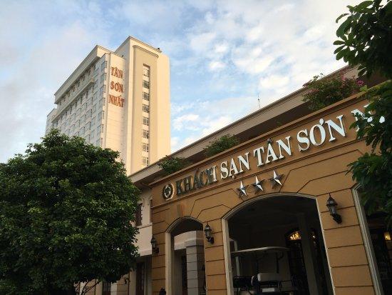 Tan Son Nhat Hotel: 空港から近いので深夜着の時には重宝しているホテルです。ただ施設が古いため廊下での話し声やドアを閉める音などが響くのか残念です。地元スーパーのBIG-Cが隣にあるのでちょっとした食料や生活用品を