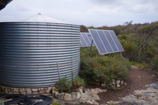 Kingscote, Austrália: Solar panels and water tanks - the environmental heart of Blue Seas beach house