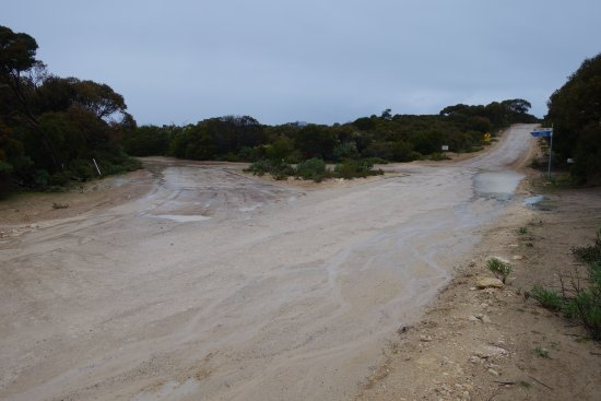 Kingscote, Austrália: You have to travel on dirt roads for several kilometres to get to Blue Seas beach house. This is
