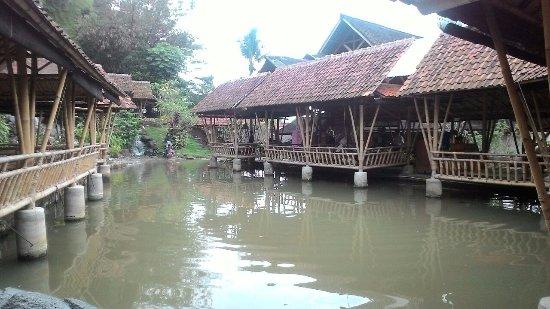 Gurih 7 Bogor: suasana dangau terapung diatas kolam utama