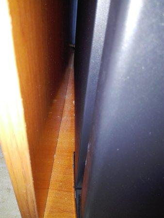 Hotel Canton : Грязь у холодильника, причем это малая часть всей грязи, за холодильником совсем ужас