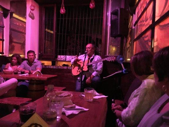 Da Ciro Taverna Napoletana: The awesome guitarist