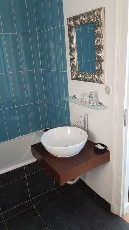 Casa do Bairro by Shiadu: Notre salle de bain