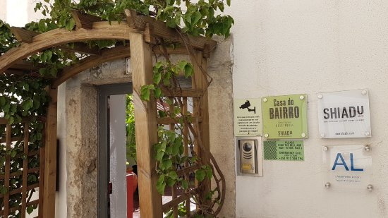 Casa do Bairro by Shiadu: L'Entrée dans la ruelle