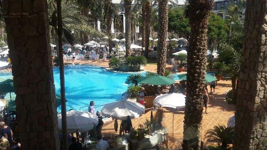 Isrotel Agamim: מלון   שמשקיע באורחים אווירה כייפית  אוכל מדהים שירות מצויין צוות אדיב ששמח לעזור בכל עת. מנהלת