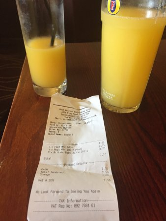 Buckingham, UK: EXPENSIVE DRINKS PINT AND A HALF OF ORANGE JUICE AND LEMONADE £7.10