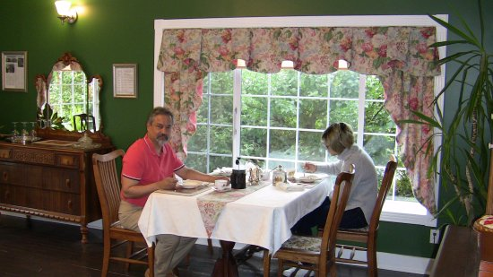 Holmesdale House Bed & Breakfast : Breakfast Table