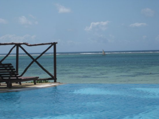 infinity pool bild von voyager beach resort mombasa. Black Bedroom Furniture Sets. Home Design Ideas
