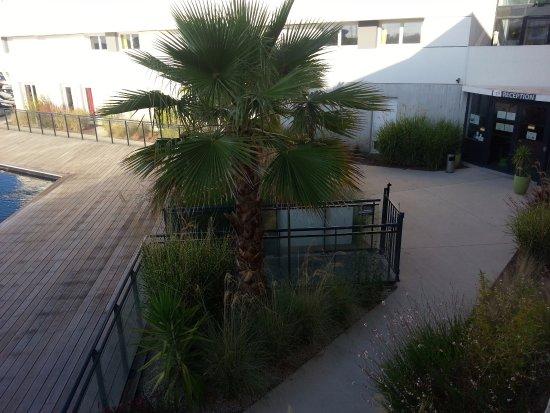 Résidence & Hôtel Le Terral : la piscine située directement devant l'accueil