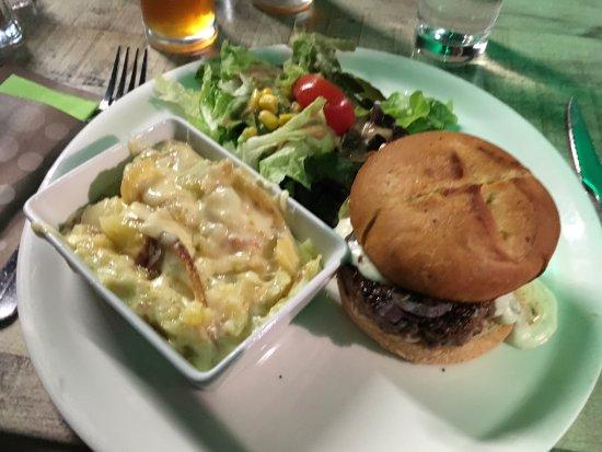Riom, Francja: burger rustiqu'auvergnat + truffade