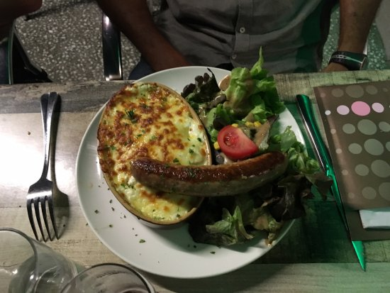 Riom, Francja: truffaflette saucisse grillée