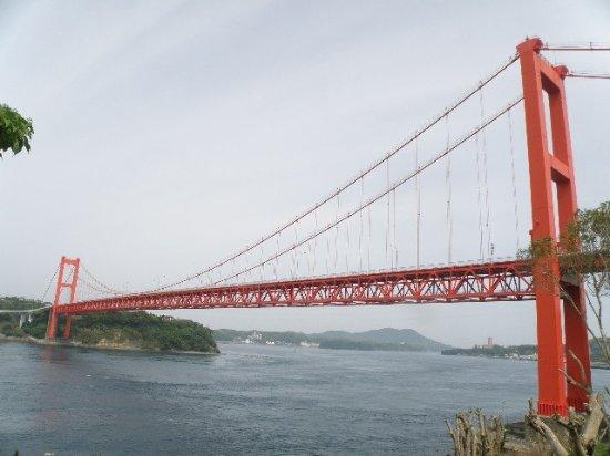 Hirado Ohashi: 手前の駐車場から見る平戸大橋