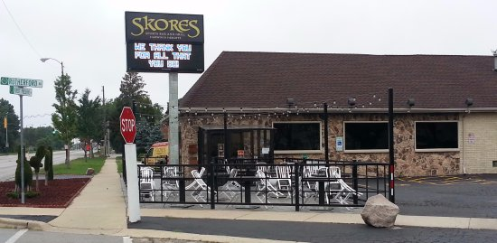 Harwood Heights, IL: Patio & entrance to Skores Sports Bar & Grill