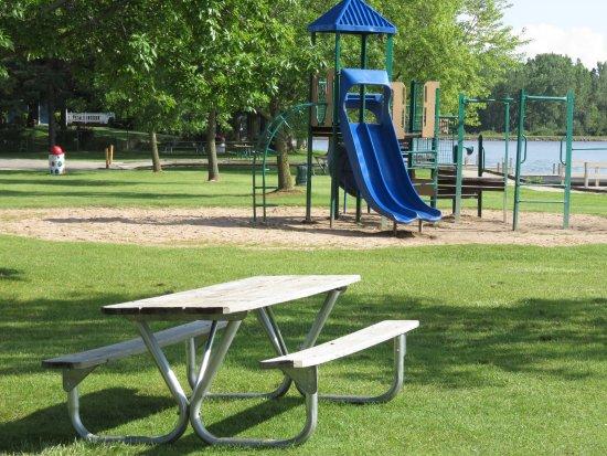 Oconto Falls, Висконсин: Playground and picnic area