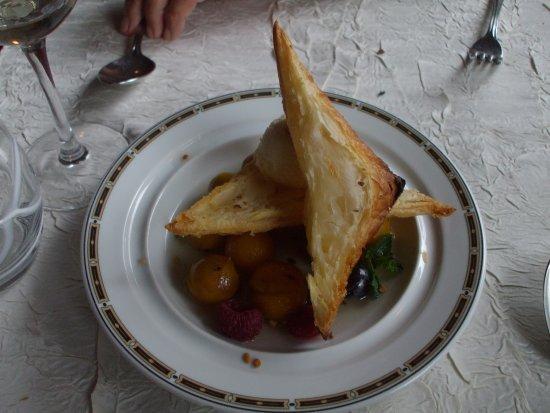 Pontarlier, Frankrike: feuilleté tiède à la mirabelle et menthe fraîche