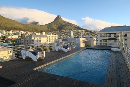 The Hyde All-Suite Hotel: Pool auf dem Dach mit Blick auf Tafelberg und Lions Head