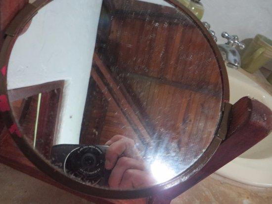 Playa Nicuesa Rainforest Lodge: suciedad de días en el espejo del baño