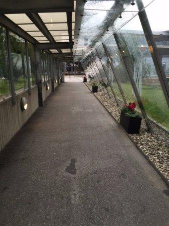 Gardermoen, Norwegia: Covered way to reach the hotel