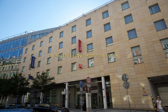 Ibis Praha Wenceslas Square: front of Hotel and car park