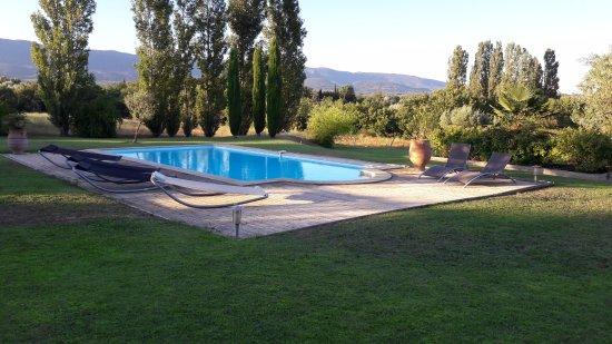 Ansouis, Francia: piscine dans un cadre agréable