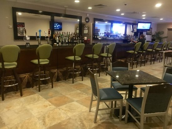 DeFuniak Springs, FL: Enjoy your favorite beverage in our newly-redone Lounge