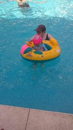 Hotel Monarque Fuengirola Park: Granddaughter enjoying the big pool