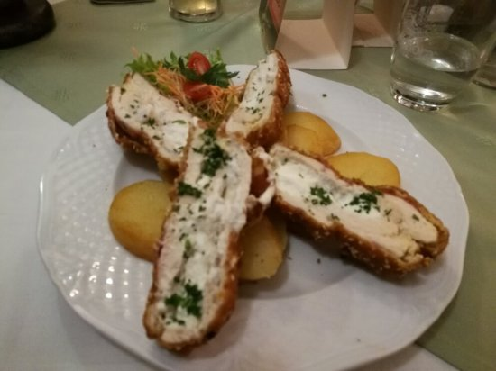 Nimrod Restaurant: Hühnerfleisch mit Käse gefüllt im Sesammantel. Lecker.