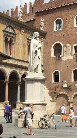 Piazza dei Signori: Statue of Dante presiding over this beautiful piazza!