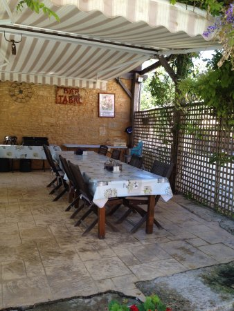 Saint-Cyprien, France : Outside dining area