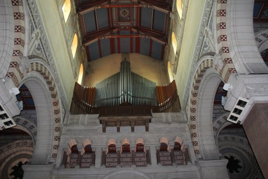 Albert, Francia: One of two majestic pipe organs