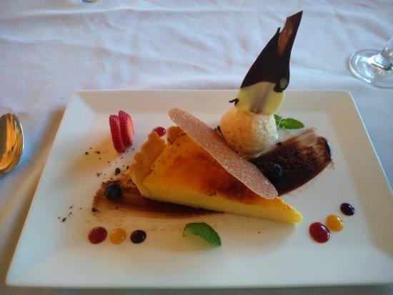 Yungaburra, Australia: Passiofruit tart with salted caramel icecream