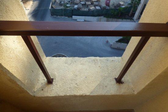 Grifid Hotels Club Hotel Bolero: Dziecko może się swobodnie przecisnąć. Wskazane dodatkowe pionowe pręty.