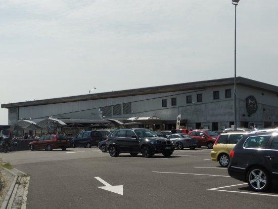 Proef Zeeland bij Neeltje Jans Mosselen: le parking,l'entrepos d'expéditions et la terrasse du resto