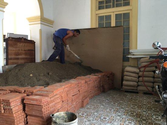 Hostal Bastida: los materiales en la sala